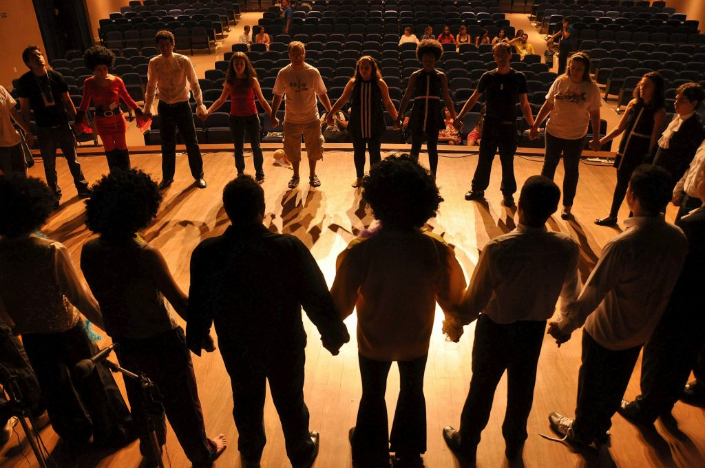 Theatergruppe junger Menschen auf einer Bühne