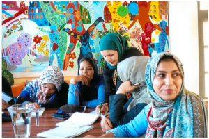 Eine Gruppe von Frauen mit Migrationshintergrund, die Texte schreiben.