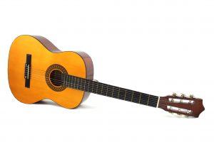 Eine braune Akustikgitarre.