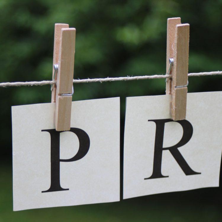 Blätter mit den Buchstaben P R auf Wäscheleine