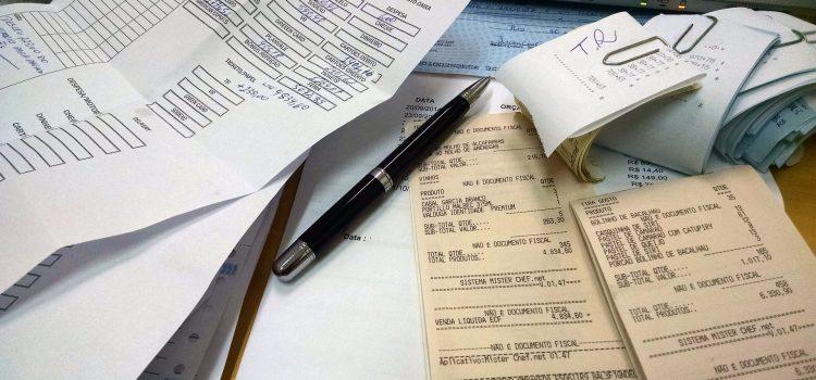 Quittungen, Stift, Belege für Buchhaltung